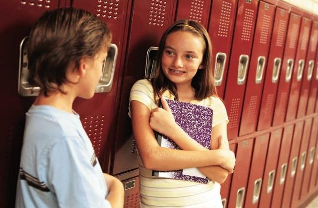Як зрозуміти що ти подобаєшся хлопцю в школі: важливі ознаки