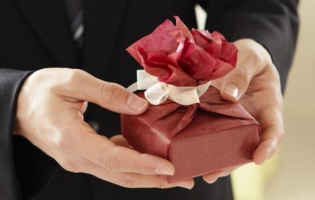 Що подарувати коханці: оригінальні та класичні презенти