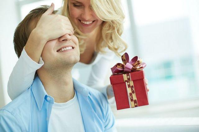 Що подарувати хлопцеві на 20 років: сувеніри та речі, креативні ідеї