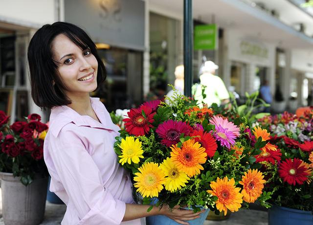 Дарувати чи дівчині на першому побаченні квіти: рекомендації хлопцям