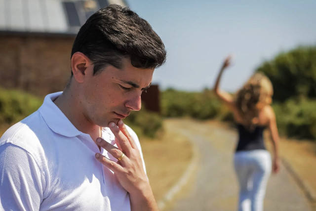 Що робити, якщо дівчина не хоче спілкуватися: причини і рішення