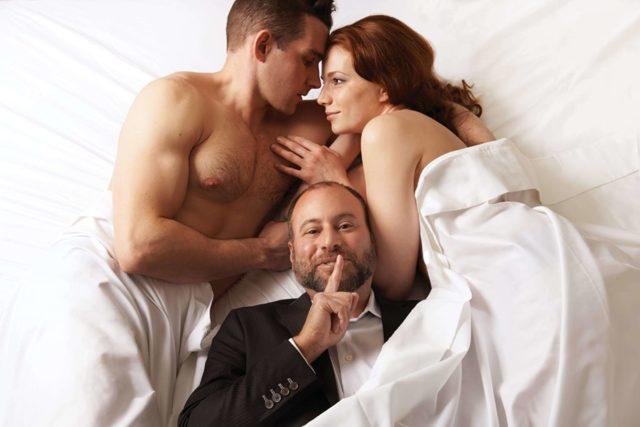 Дружина зраджує чоловікові: причини і способи визначення невірності