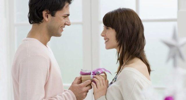 Що подарувати хлопцеві на перший місяць стосунків: варіанти і ідеї