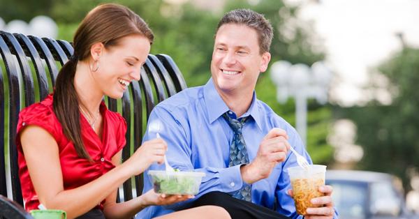 Як дати зрозуміти чоловікові, що він тобі подобається: практичні методи