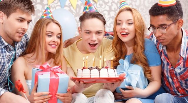 Що можна подарувати хлопцеві на 18 років: добірка свіжих ідей