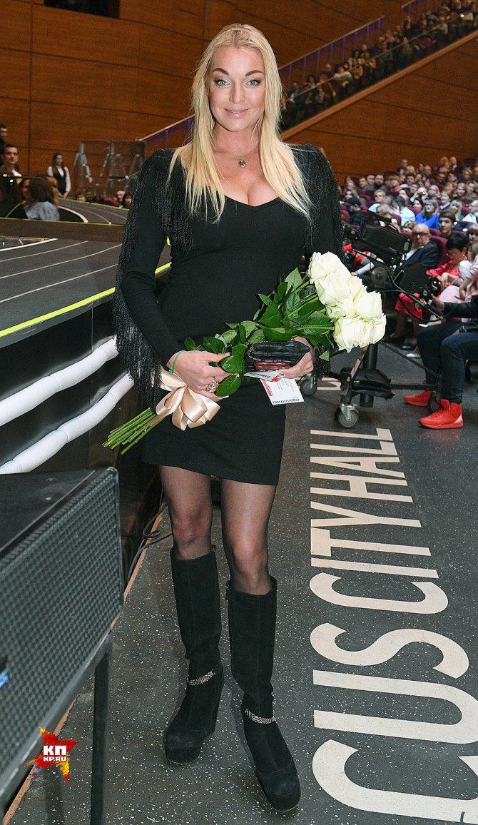 Анастасія Волочкова прийшла з примирливим букетом білих троянд. Балерина залишилася в захваті від шоу Валерії. Фото: Михайло ФРОЛОВ