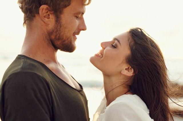 Невербальні ознаки закоханого чоловіка, який приховує любов