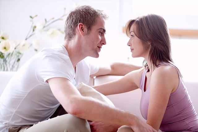 Як зрозуміти, що дівчина закохана, але приховує: ознаки симпатії