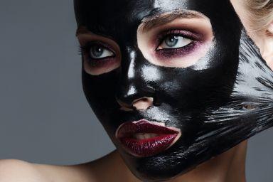 Чорна маска для обличчя: домашні рецепти або готові засоби?