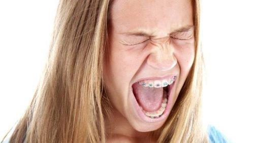 Дискомфорт від брекетів у дівчини