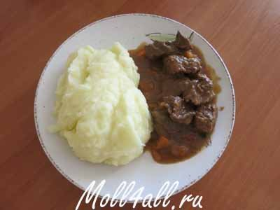 Гуляш з яловичини з картопляним пюре