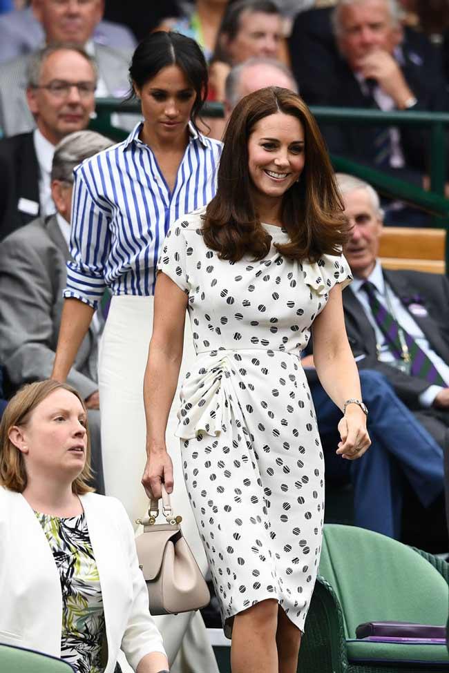 Кейт в класичному сукню