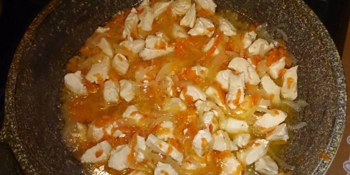 Шматочки курки з цибулею і морквою до додавання майонезу