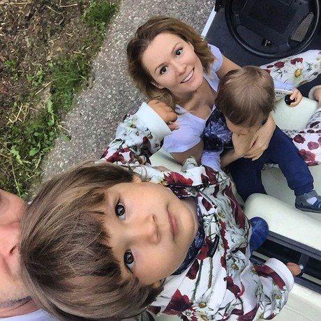 Марія Кожевнікова з чоловіком і синами