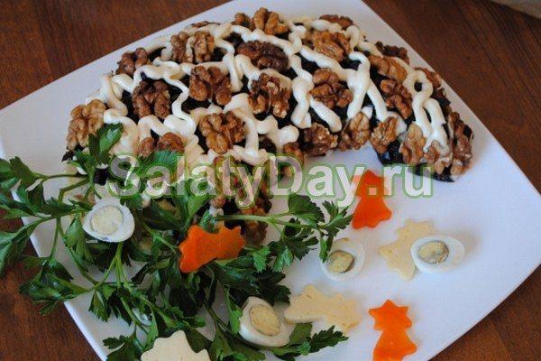 Чоловік салат з горіхом і чорносливом