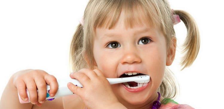 дитини до зубної пасти слід привчати з появою першого зуба.