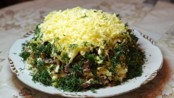 Салат каприз з шинкою і грибами