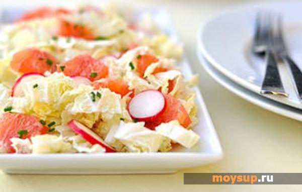 Салат з м'якоттю грейпфрута, редискою і капустою до шашлику