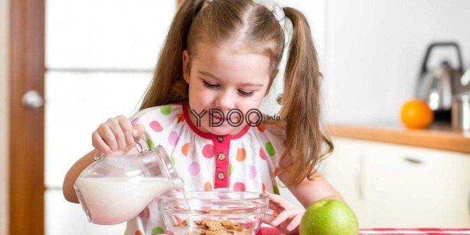сніданок з пластівців з молоком для дитини
